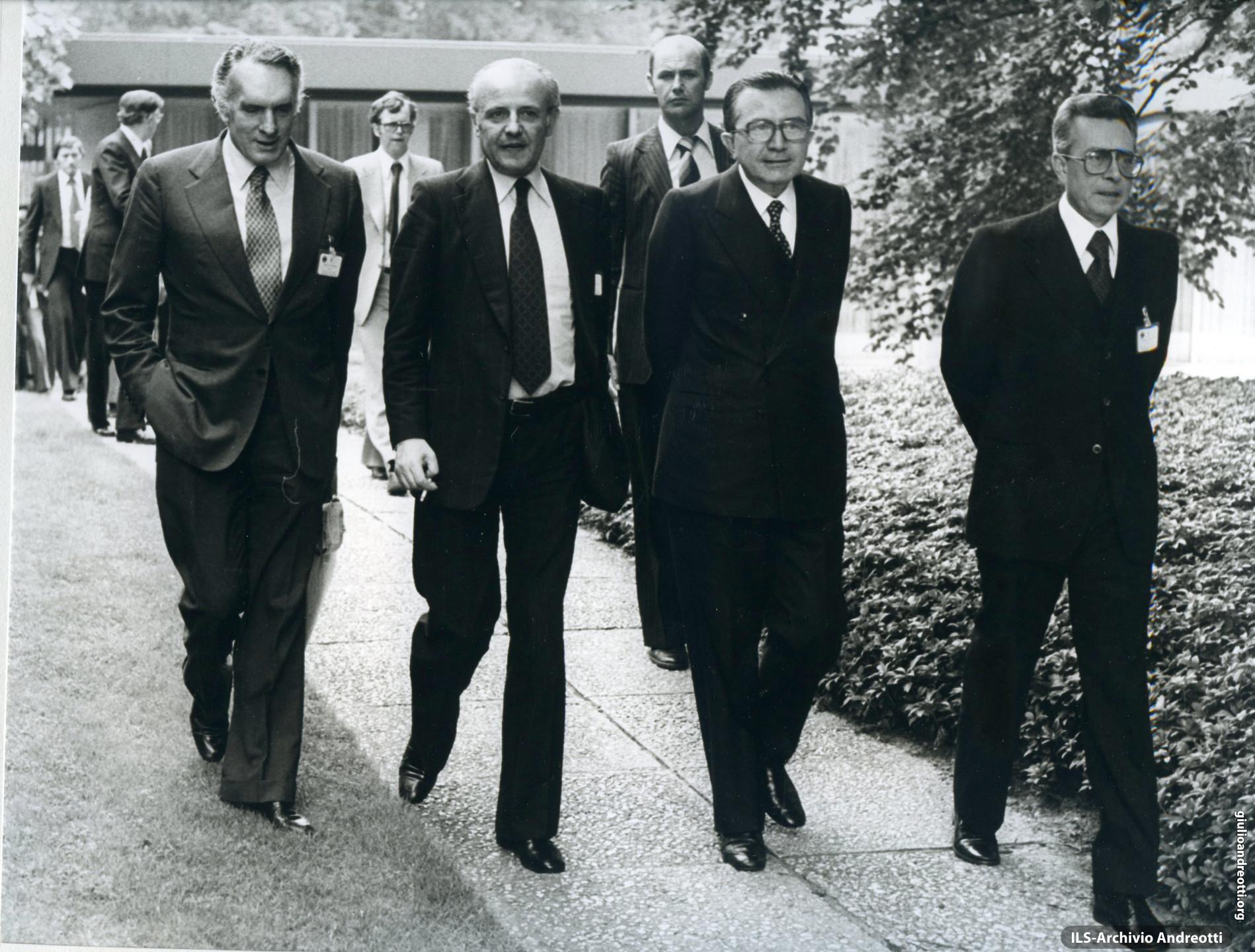 G7 di Bonn nei giorni 16-17 luglio 1978. Andreotti tra i ministri Pandolfi e Forlani durante una pausa dei lavori.