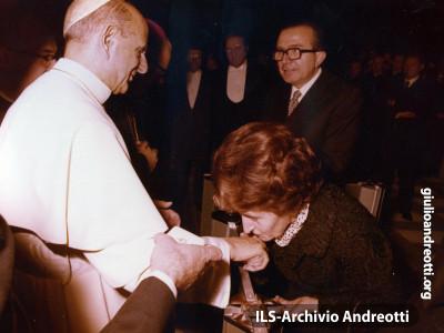 Andreotti con la moglie Livia incontrano Paolo VI.