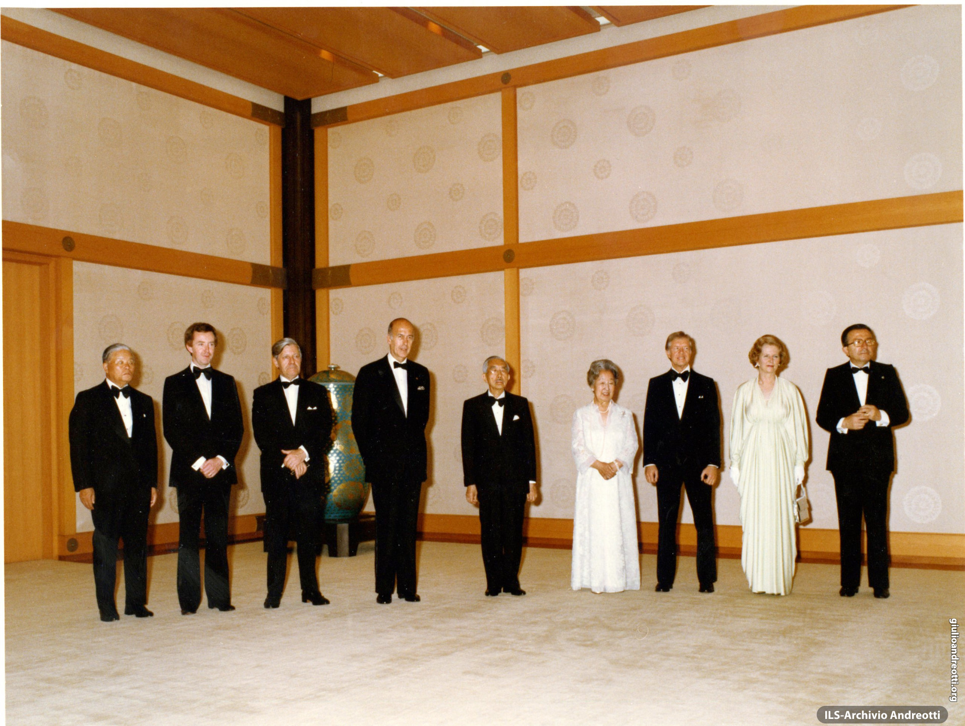G7 a Tokyo il 28-29 giugno 1979. Da sinistra: il primo ministro giapponese Takeo Fukuda, il primo ministro canadese Joe Clark, il cancelliere tedesco Helmut Schmidt. Il presidente francese Valery Giscard d'Estaing, gli imperatori del Giappone Hirohito e Teimei, il presidente americano Jimmy Carter, il primo ministro britannico Margaret Thatcher e Giulio Andreotti.
