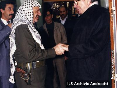 Andreotti accoglie il leader palestinese Yasser Arafat.