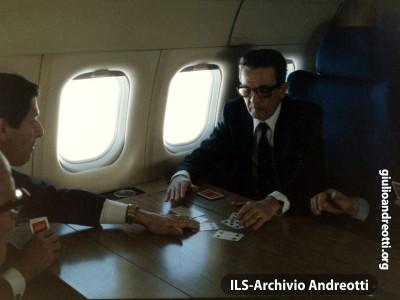 Andreotti e Berlinguer giocano a carte in aereo.