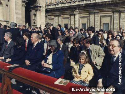 22 aprile 1984. Andreotti con la nipotina Giulia alla messa di Pasqua in Piazza San Pietro.
