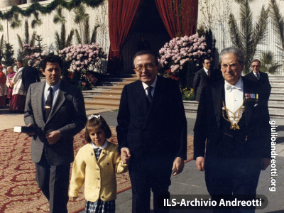 Andreotti con la nipotina Giulia alla messa di Pasqua in Piazza San Pietro il 22 aprile 1984.