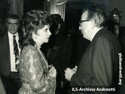 Andreotti con Gina Lollobrigida nel 1984.