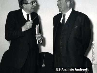 Andreotti con il Segretario di Stato George Shultz nel dicembre 1984.
