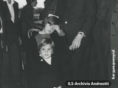 Andreotti all'ippodromo di Capannelle con i nipotini.