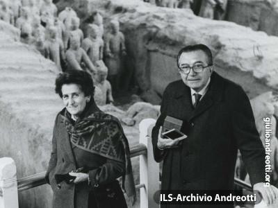 Giulio Andreotti con la moglie Livia in Cina nel 1986.