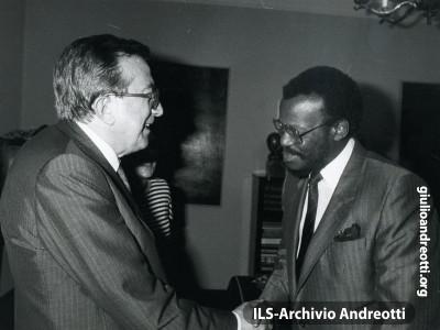 Andreotti riceve il leader zulu, Mangosuthu Buyhelezi nel 1986.