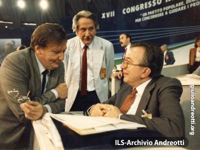 Andreotti con Rubbia nei banchi del XVII Congresso della DC nel maggio 1986.