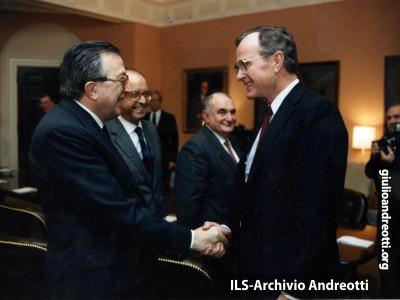 30 gennaio 1987. Giulio Andreotti stringe la mano a  ush.