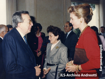 Andreotti con la regina Noor nel gennaio 1987.