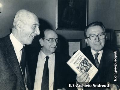 """Milano, 2 dicembre 1987. Giulio Andreotti alla presentazione del libro """"Onorevole stia zitto"""", con i giornalisti Indro Montanelli e Guglielmo Zucconi."""
