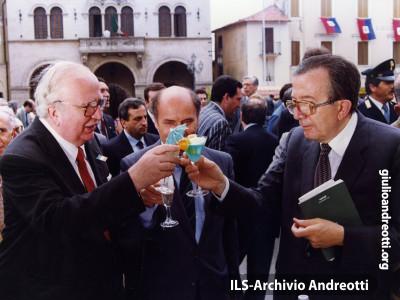 Luglio 1988. Andreotti con Giovanni Spadolini e Angelo Picano al Premio Fiuggi.