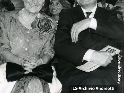 1988. Venezia, Giulio Andreotti e la moglie Livia al premio Campiello.