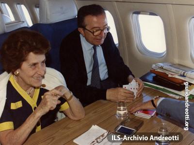Giulio Andreotti In volo con la moglie Livia.
