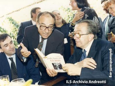 Andreotti con l'attore Oreste Lionello nel 1989.