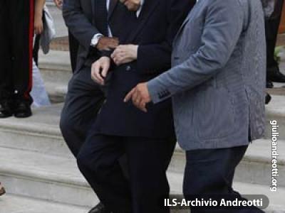 Agosto 2010. Andreotti all'uscita dalla camera ardente di Francesco Cossiga.