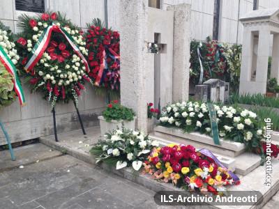 8 maggio 2013. La tomba di Andreotti nel cimitero romano del Verano.