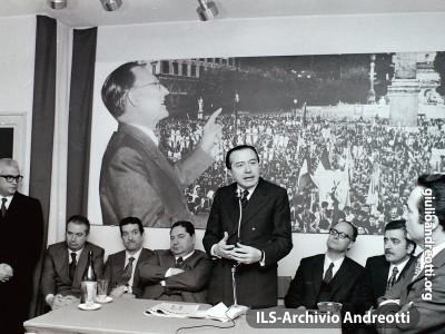 Tavolo della Presidenza alla manifestazione della DC romana.