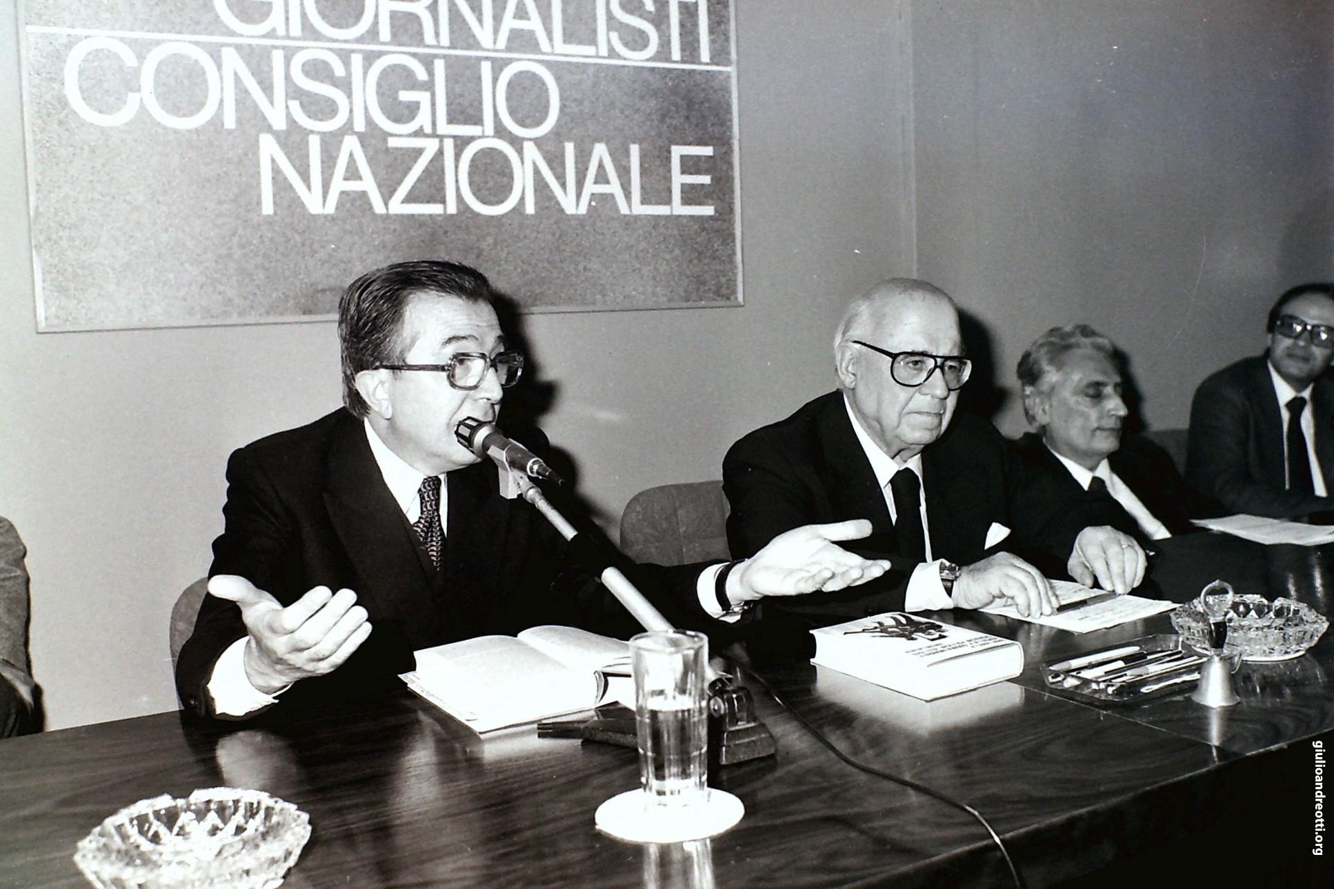 """1980. Andreotti con Guido Gonella alla presentazione del libro di Rodolfo Doni """"La doppia vita"""" (foto Marcellino Radogna)"""
