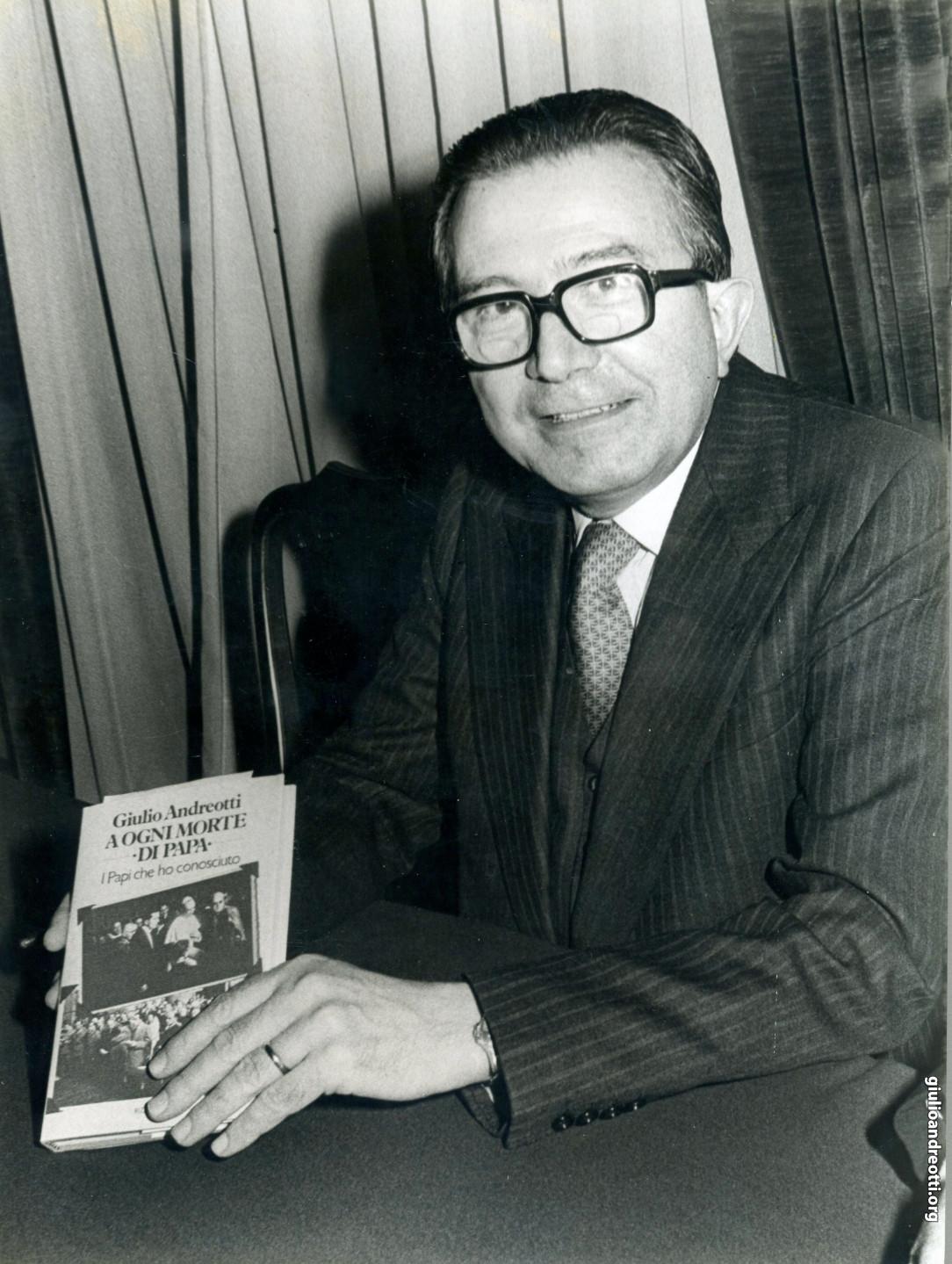 """1980. Presentazione del libro di Andreotti """"A ogni morte di papa"""" (foto Marcellino Radogna)"""