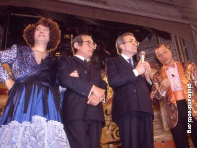 1988. Durante lo spettacolo televisivo Biberon, al teatro Bagaglino, Andreotti con gli attori Leo Gullotta, Oreste Lionello e Pippo Franco.