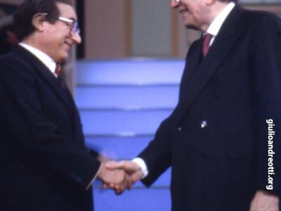 1988. Ospite dello spettacolo televisivo Biberon, nel teatro Bagaglino, Andreotti incontra il suo imitatore Oreste Lionello.