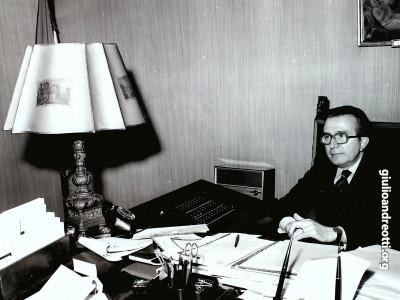 Andreotti al tavolo di Presidente del Consiglio nel luglio 1989.