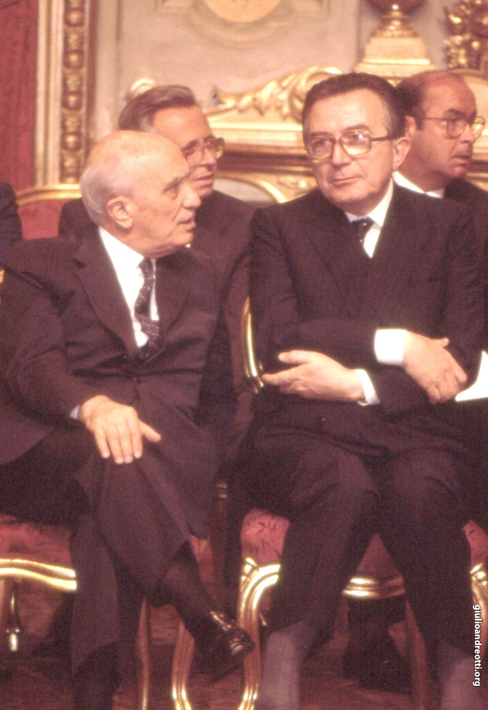 Andreotti, ministro degli Esteri, e Fanfani, ministro dell'Interno, alla cerimonia di giuramento del governo Goria il 29 luglio 1987. (foto Marcellino Radogna)