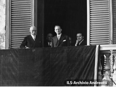 12 maggio 1948. Il saluto del neo-presidente Luigi Einaudi dal balcone del Quirinale. Accanto a lui Alcide De Gasperi, dietro il quale si scorge Giulio Andreotti.