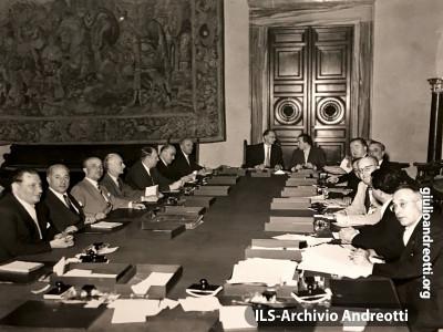 Luglio 1952. Riunione del governo De Gasperi VII a Villa Madama. Andreotti siede al suo posto di segretario del Consiglio dei Ministri accanto al Presidente.
