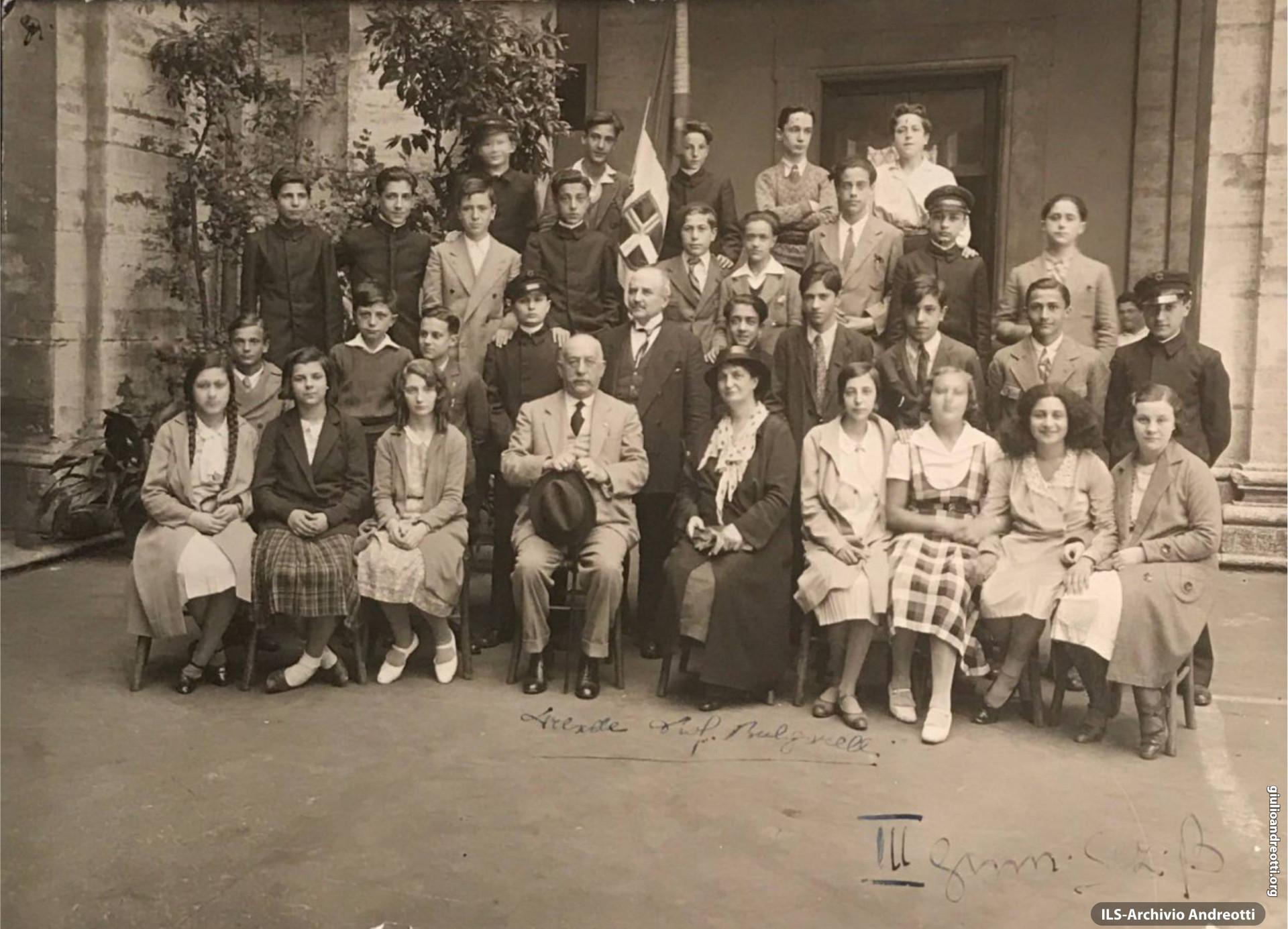 Giulio Andreotti nella foto di classe della III ginnasio. È in seconda fila, il secondo da sinistra