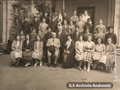 Giulio Andreotti nella foto di classe della III ginnasio. È in seconda fila, il secondo da destra
