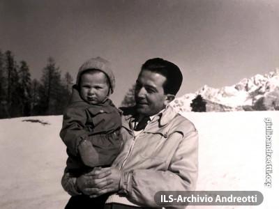 Andreotti con il figlio Lamberto sulla neve a Cortina nel 1951