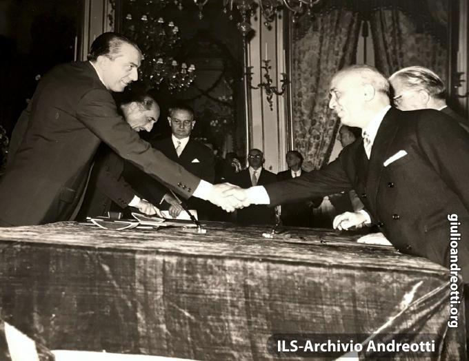 1 luglio 1958. Giuramento di Andreotti come ministro del Tesoro nel II governo Fanfani. La stretta di mano con il Presidente Fanfani