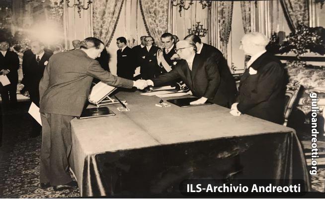 19 febbraio 1959. Andreotti diventa Ministro della Difesa nel II governo Segni. Il giuramento davanti al Presidente della Repubblica, Giovanni Gronchi.