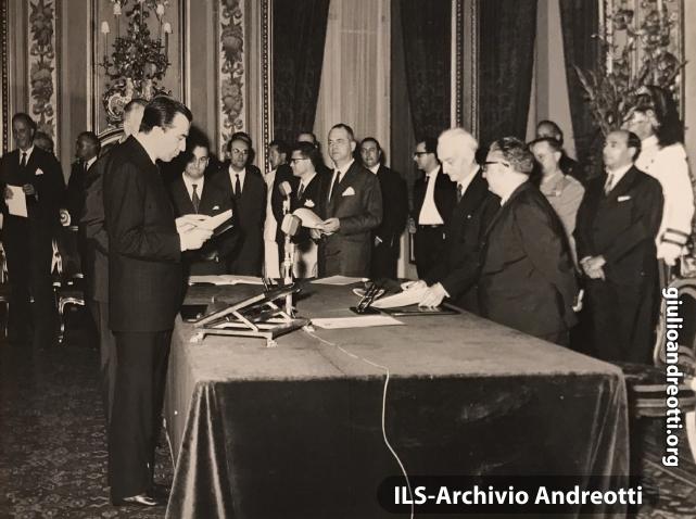 21 giugno 1963. Andreotti è ministro della Difesa nel governo di Giovanni Leone. Il giuramento davanti al Presidente della Repubblica Antonio Segni.
