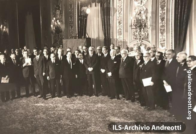 4 dicembre 1963. Il giuramento in Quirinale del governo di Aldo Moro. Andreotti è Ministro della Difesa.