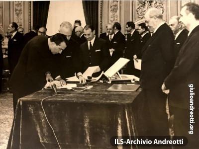 23 febbraio 1966. Andreotti giura  davanti al Presidente della Repubblica Giuseppe Saragat come ministro dell'Industria, Commercio e Artigianato nel II governo Moro.