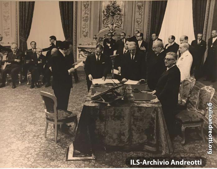 24 giugno 1968. Andreotti in Quirinale giura come ministro Dell'Industria, Commercio e Artigianato del II governo Leone, davanti al Presidente della Repubblica Saragat e al Presidente del Consiglio.