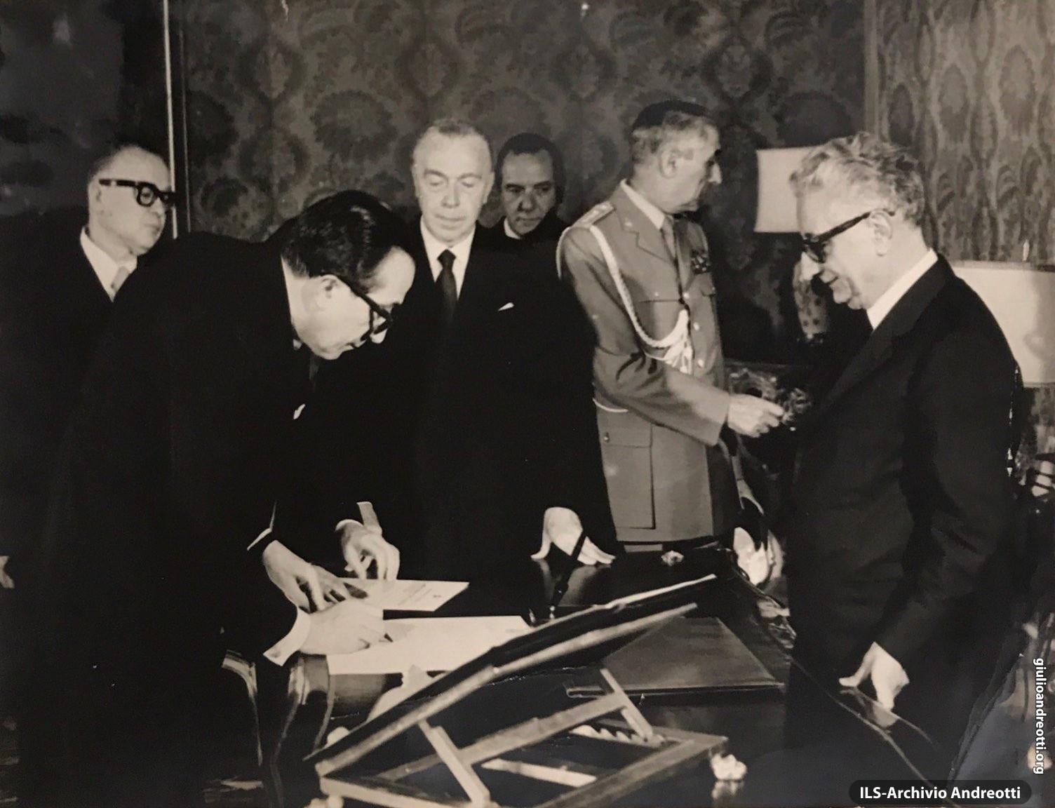 """Giugno 1972. In Quirinale, Andreotti giura davanti al Presidente della Repubblica Leone in occasione della nascita del suo secondo governo: l' """"Andreotti-Malagodi"""""""