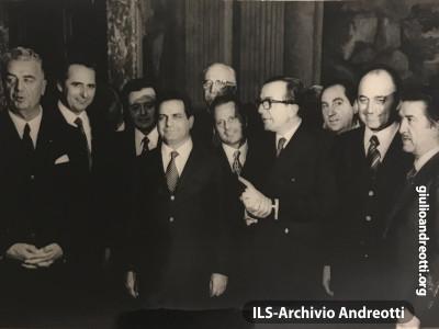 Giugno 1972. Andreotti con alcuni sottosegretari del suo secondo governo che hanno appena giurato nelle sue mani a Palazzo Chigi.