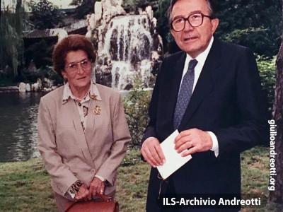 Aprile 1989. Viaggio in Giappone del ministro degli Esteri Andreotti al fianco del Presidente del Consiglio De Mita. Qui è con la moglie Livia.