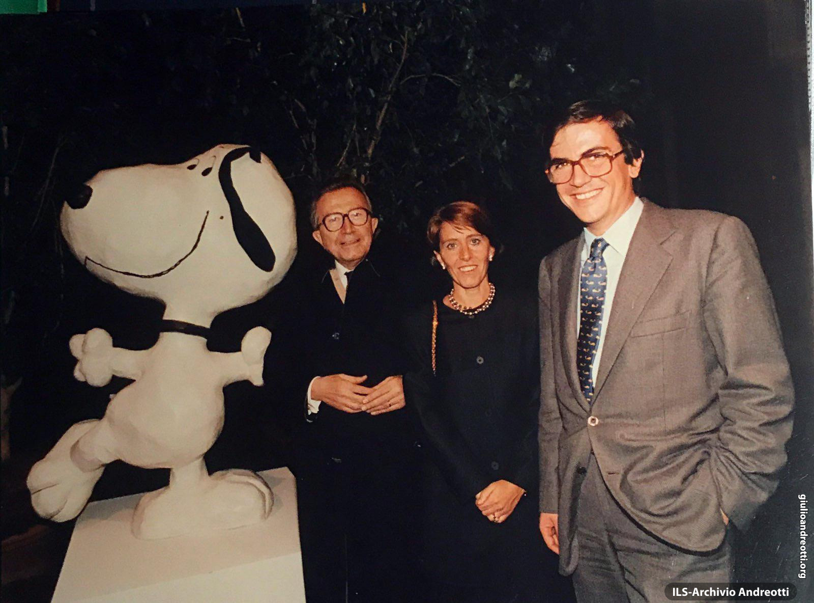 Ottobre 1992. Inaugurazione, a Roma, della mostra su Snoopy. Andreotti partecipa accompagnato dalla figlia Serena e dal genero Marco Ravaglioli
