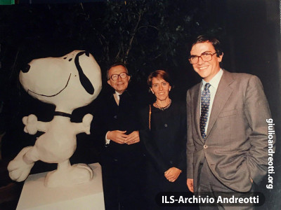 Ottobre 1992. Inaugurazione, a Roma, della mostra su Snoopy. Andreotti partecipa accompagnato dalla moglie Serena e dal genero Marco Ravaglioli