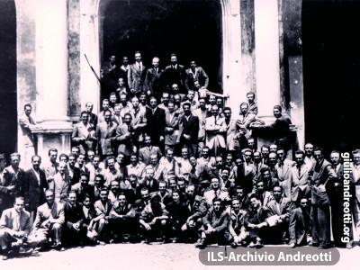 12-16 giugno 1945. Primo Convegno nazionale dei Gruppi giovanili della DC dopo la Liberazione. Andreotti è al centro, vestito di scuro