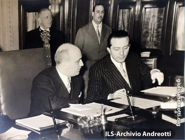 Gennaio 1954. Riunione di governo: Andreotti accanto al Presidente Fanfani.