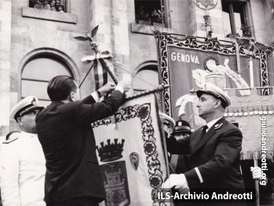 3 agosto 1960. La Spezia, Andreotti, Ministro della Difesa, appunta la medaglia d'argento al valor militare al gonfalone della città