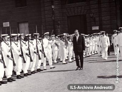3 agosto 1960. La cerimonia a La Spezia con il Minisitro della Difesa Andreotti, per il conferimento della medaglia d'argento al valor militare.