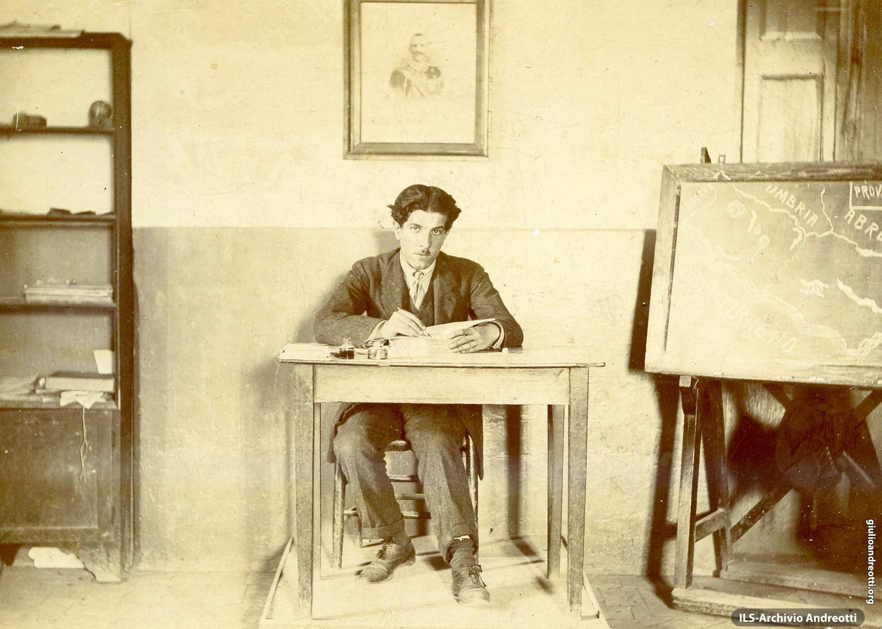 Filippo Alfonso Andreotti, il padre di Giulio, nella sua aula di maestro elementare di Oriolo Romano.